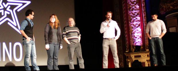 Nous voyons sur scène David Émond-Ferrat, Alexandra Oakley et Roger Renaud, qui ont relevé le défi du mois, François Jacob, l'animateur de la projektion, et Dominic Goyer, l'auteur du scénario imposé