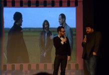 Charles-Louis et Sébastien Trahan avec en arrière plan une image du film Le meilleur des mondes.