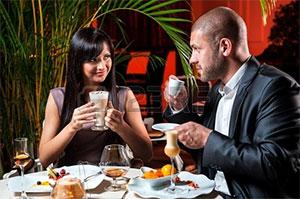 Stéphane et Gisèle au restaurant.